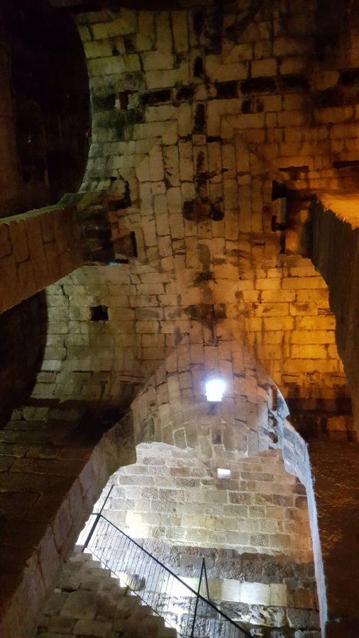 Построенный из каменных блоков потолок цистерны был сделан явно на совесть и до сих под радует своей прочностью.