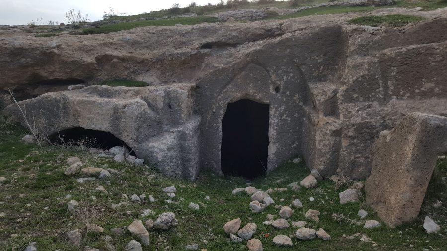 Часть подобных захоронений буквально вросла в землю.