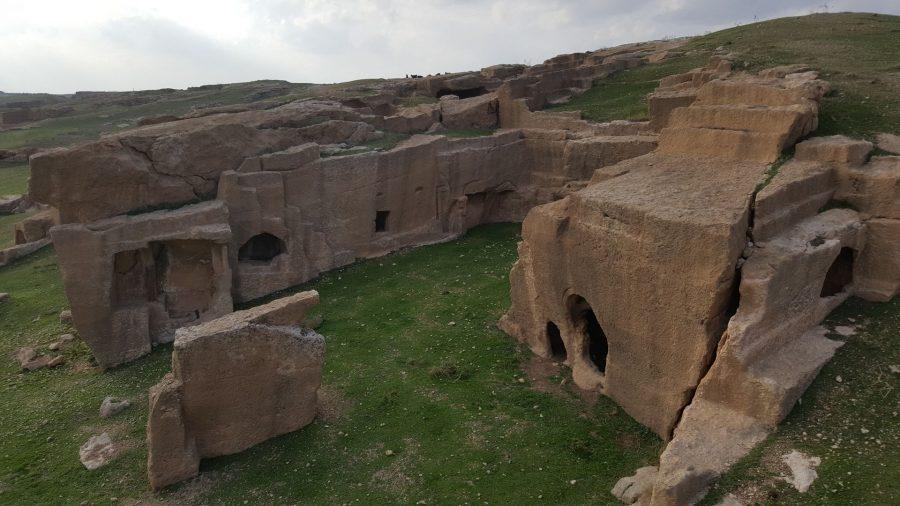Интересно, что для одних могил вырубались достаточно глубокие пещеры, а для других - лишь углубления в скале.