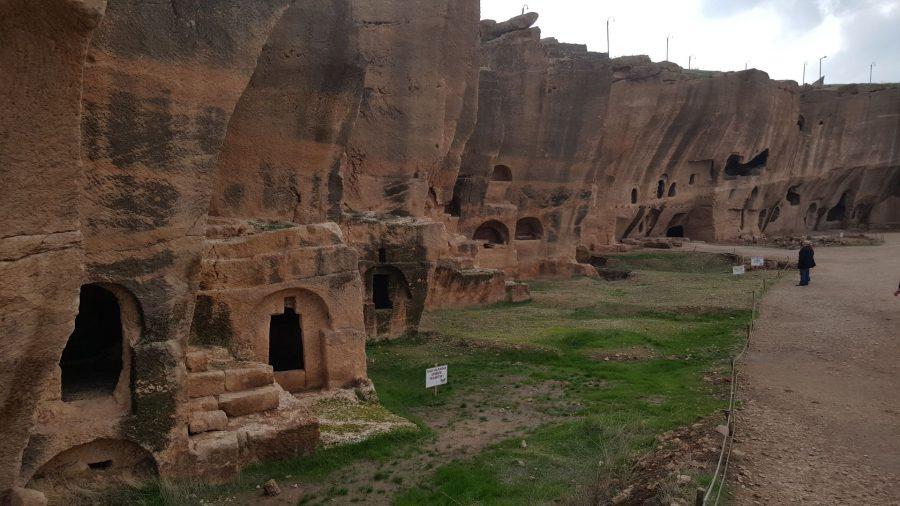"""Данные скальные образования в сочетании с могилами являются своего рода """"визитной карточкой"""" Дары."""