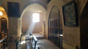Церковь отличает аскетичное убранство, свойственное для ближневосточного христианства
