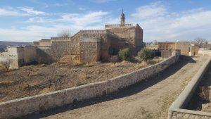 Старые церкви в Мидьяте окружены высокими стенами и напоминают небольшие крепости