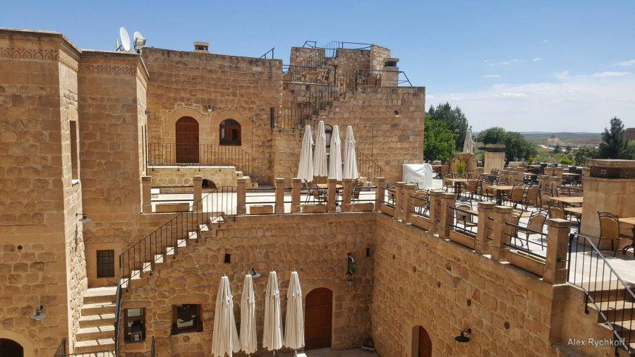 На территории отеля Kasr-i Nehroz