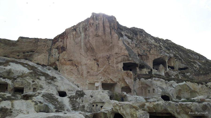 """Разрушенные пещерные """"дома"""" в Ургюпе наглядно демонстрируют недолговечность построек из туфа"""